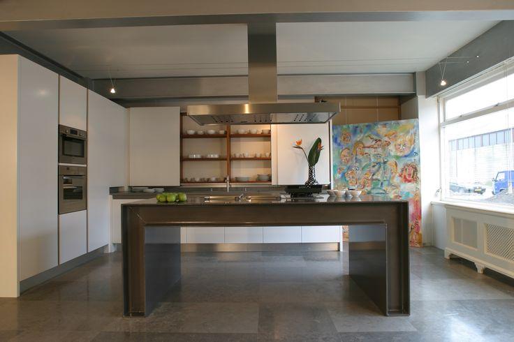 Maatwerk keuken. MDF wit gespoten fronten, binnenkasten van noten hout en eiland gemaakt van H-balken. Fronten greeploos