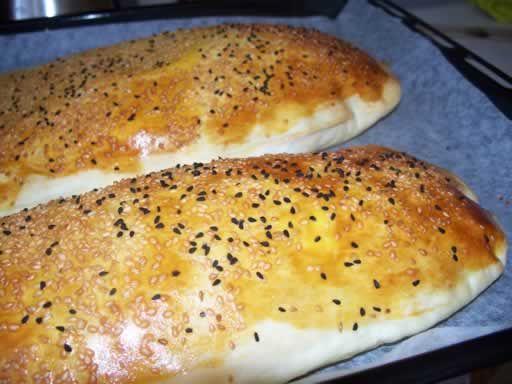Fick en fråga om det är jäst i brödet man får som förrätt här och ja, det är det. I alla fall i de recepten jag har men det finns säkert många olika varianter på hur man kan göra detta bröd. Recept...