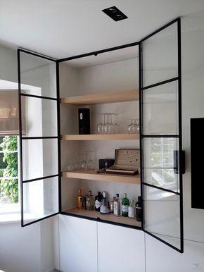 Kastdeuren van staal en glas in combinatie met strakke witte kastenwand.