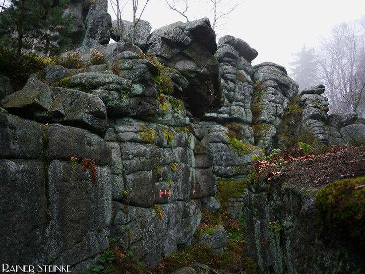 Burgruine Schellenberg im Oberpfälzer Wald.  Schon auf dem Weg zur 826 Meter hoch gelegenen Burg Schellenberg, kommt man an zahlreichen markanten Felsen vorbei, ein alter gepflasterter Weg führt uns...