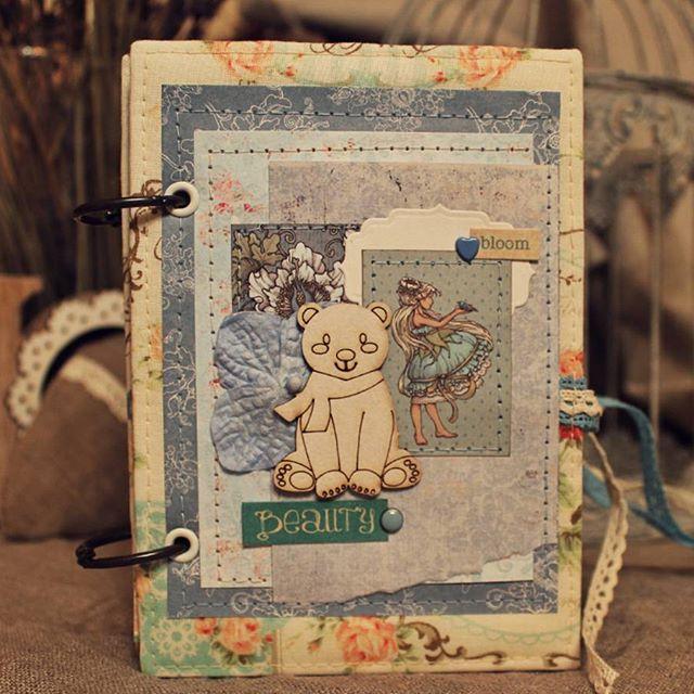 До нового года осталось 2 недели! А это значит, что пришло время уютных вечеров, предпраздничной атмосферы и новогоднего настроения! И конечно, время готовить подарки! Сегодня хочу поделиться с вами вот таким милым девчачьим блокнотиком! Зимние цветовые тона, медвежонок и фея на обложке - всё как положено!🐻🎄🎁 #scrap #scrapbooking #handmade #notebook #girl #babygirl #gift #kids #family #home #скрап #скрапбукинг #дом #дети #подарок #новыйгод #блокнот #блокнотсвоимируками #фея #медвежонок…
