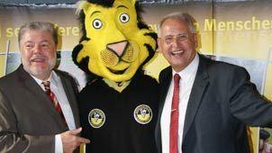 Der damalige Ministerpräsident Kurt Beck mit Eddy, dem Maskottchen des Südwestdeutschen Fußballverbandes. Foto: swfv.