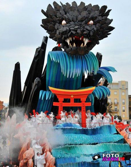 """Carnevale viareggio 2012-prima categoria""""In questo mondo contempliamo i fiori sotto l'inferno"""""""