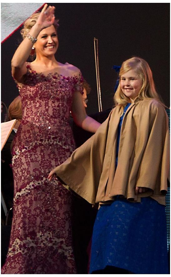 Ook de jurk die de kersverse koningin droeg bij de Koningsvaart is van Jan Taminiau. Met een mantel tegen de kou.