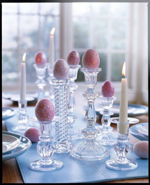 Geverfde eieren waren bedekt met glitter-lijm spray om dit opvallende arrangement te maken.  Volledige instructies: Glitter eieren: Dye hardgekookte eieren en laten drogen.  Om te eindigen, ofwel spuit eieren met glitter lijm of spray met lijm en roll in fijne glitter (beschikbaar op ambachtelijke winkels).