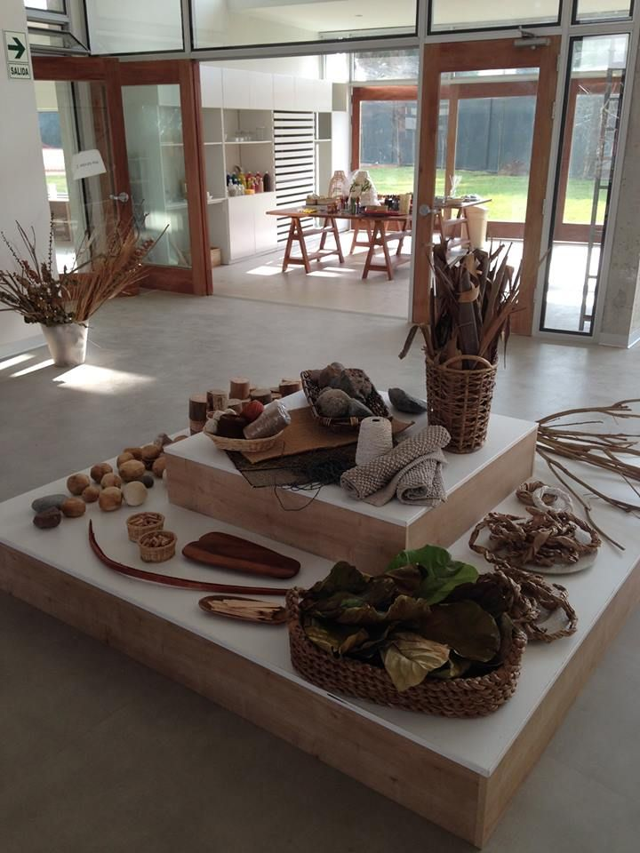 Loose parts display - Colegio Áleph ≈≈would love to have the two stages - different levels in pre-school and toddlers - could cover with carpet