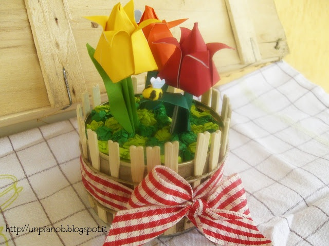 A garden of origami tulips in a tuna can by Un Piano B - Un giardino di tulipani in una scatola di tonno.