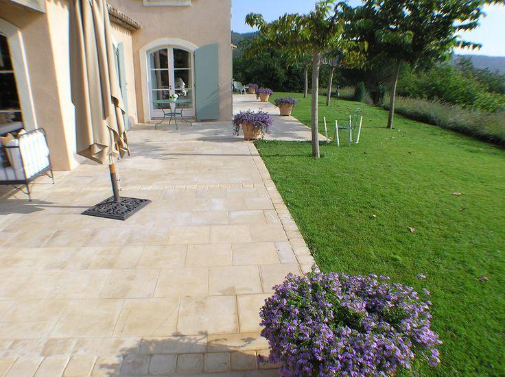 Terrasse en pierre naturelle de Bourgogne Semond clair, dallage format 40x40 cm, dalle finition brossée - vieux sol extérieur contemporain moderne