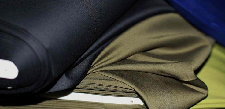 Stretch katoen satijn kopen? De kwaliteit van deze prachtige katoen met een beetje stretch is perfect voor het creëren van een jasje of broek.