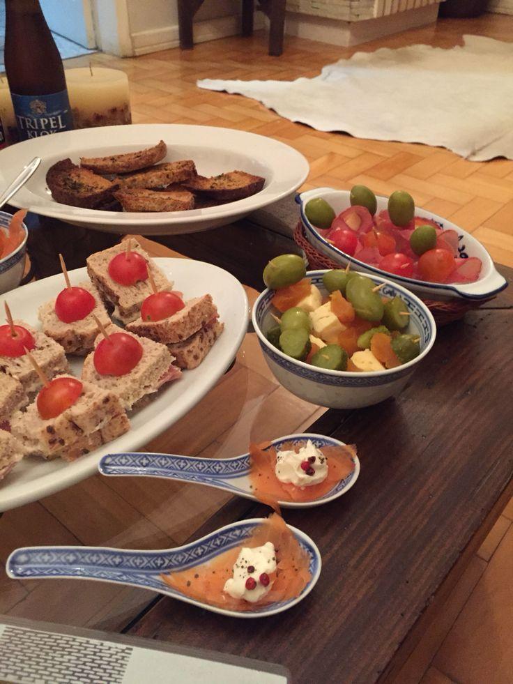 Espetos de copa, azeitonas, damascos, queijo, tomate e pepino. Sanduíches de pão integral, pasta de gorgonzola e salmão defumado.