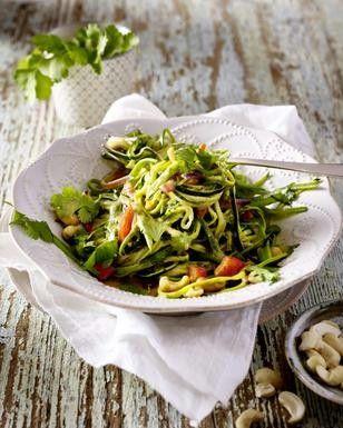 Das Rezept für Zucchini-Nudeln in Gemüsecurry und weitere kostenlose Rezepte auf LECKER.de