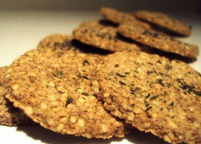 Disse er fine til for eksempel ost. 2 dl malte mandler 1 dl sesamfrø 2 eggehviter 1/2 ts salt 1 ts sukrin 2 ts fiberhusk ____...