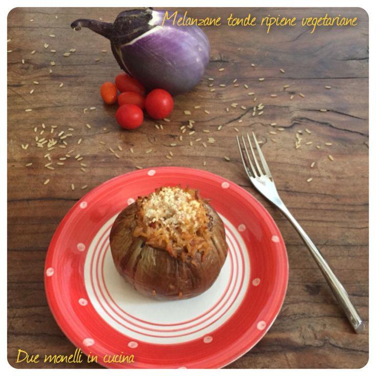 Le melanzane tonde ripiene sono un primo piatto semplice, leggero e vegetariano da poter preparare anche in anticipo. Il ripieno è fatto con riso integrale.