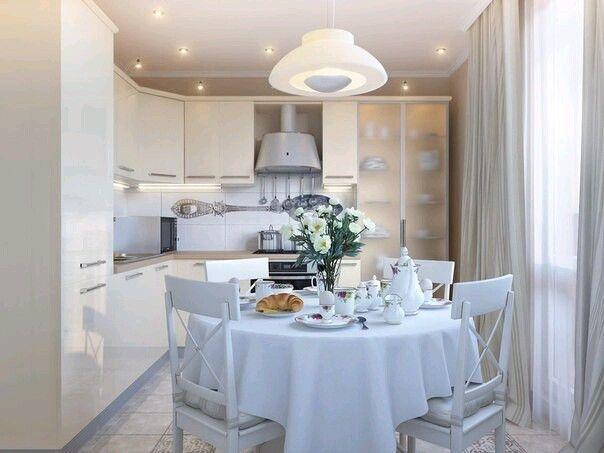 Круглый стол на кухне. Светлве фасады. Принт ложки на фартуке