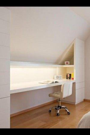 erg mooi: lang bureau onder schuine wand