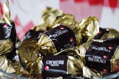 Tirámos o licor do alambique e esquecemos os depósitos em inox. Resolvemos armazenar tudo dentro de chocolates - lançámos os nossos chocolates recheados com Licor Beirão, em 2014.