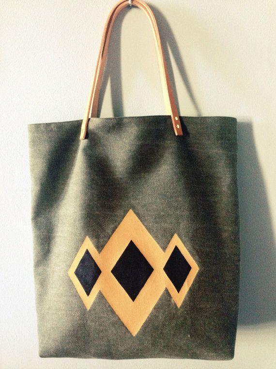 Sac cabas en pur lin kaki, motif triangle peint à la main coloris marron et noir.