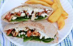 Griekse Pita met Kip en Feta is een simpel recept dat je snel op tafel zet. Serveer de pita broodjes met frietjes of gebakken aardappel partjes. Smullen!