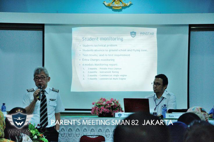 Capt. Erwin presentasi di acara Parents Meeting