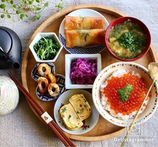 ouchigohan.jp 2017/10/18 14:28:53 delicious photo by @sakuracafe001 . みなさんは丼もの、何が好きですか❓私は断然、#いくら丼 です!あのキラキラ✨としたオレンジ色の見た目とプチプチとした食感…。白いごはん🍚にモリッとのせて思いっきりほおばりたいです😋 @sakuracafe001 さんのいくら丼は、そんな妄想を刺激する魅惑のひと品💕ごはんにたっぷりのったいくらは、輝きがまぶしいぐらいですね😍「ササミ紫蘇チー梅春巻き」や「ネギ入り卵焼き」など丁寧に作られたおかずも食欲をそそります。いくらはまさに今が旬。たまには贅沢に使っておいしく味わいたいですね! . -------------------------- ◆#デリスタグラマー #delistagrammer #LIN_stagrammer を付けて投稿すると紹介されるかも!スタッフが毎日楽しくチェックしています♪ . [staff : コノ] --------------------------- . #ouchigohan…