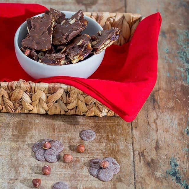 Para adoçar a vida e o seu Natal! Sugestão deliciosa de 🍫CARAMELO COM CHOCOLATE 🍫 Confira a receita: Ingredientes: 1. Biscoitos de água e sal 2. 1/2 xícara de manteiga 3. 1/2 xícara de açúcar demerara 4. 1/2 de avelã torrada e picada 5. sal marinho a gosto 6. 1 xícara de gotas de chocolate  Modo de Preparo: 1. Prepare a base colocando os biscoitos de água e sal dentro no fundo da forma quadrada de 20 x 20 cm; 2. Em outra panela, coloque a manteiga e o açúcar. Deixe borbulhar (2-4…