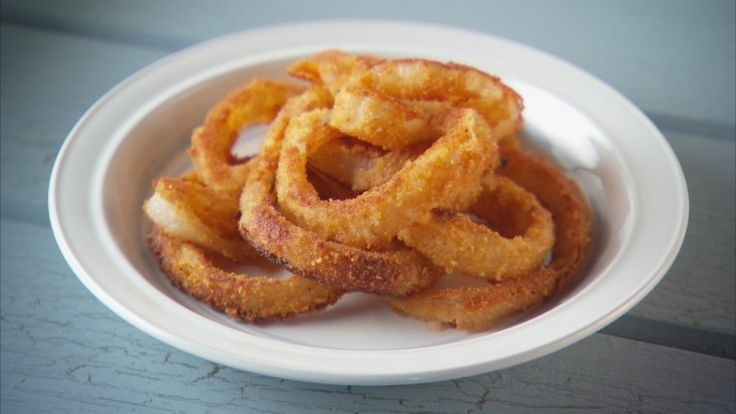 Onion rings go perfectly with football! Try these this Sunday. http://gustotv.com/recipes/snacks/baked-onion-rings/