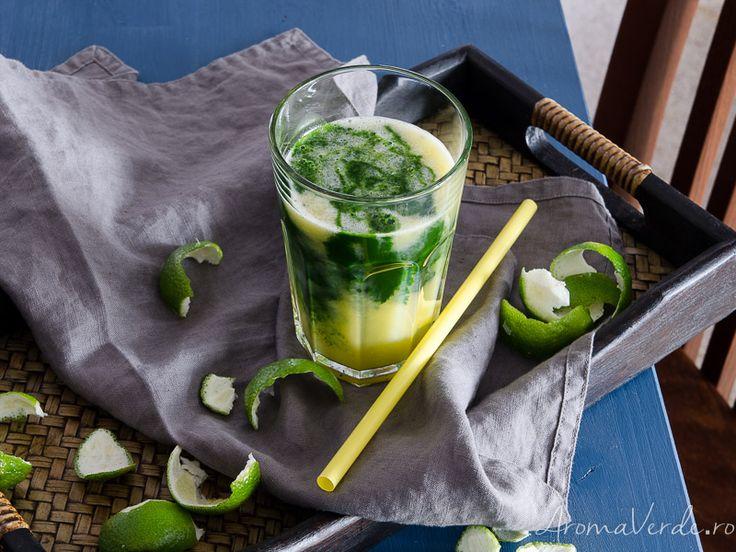 Sucul verde obținut prin presare la rece din frunze de kale este plin de vitamina C, iar combinat cu mere, kiwi și lime este delicios.