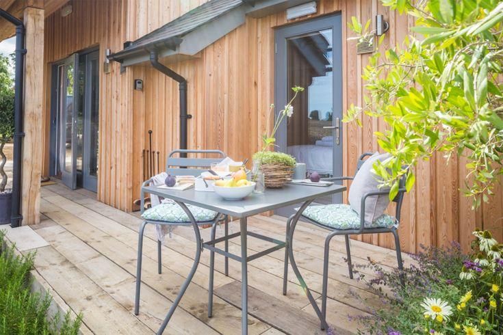 ยามเช้าเจ้าของบ้านก็สามารถมานั่งทานอาหารเช้าได้ที่บริเวณระเบียงหน้าบ้านนี้ได้อย่างเพลิดเพลินครับ