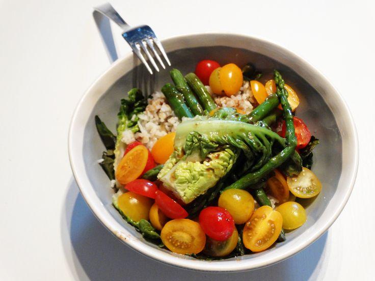 Salades zijn erg makkelijk en goed te doen voor 1 persoon. Deze rijst salade is een lauwwarme salade en klaar in 15 minuten!