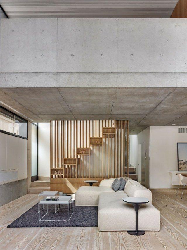 Wohnzimmer einrichten Sofa dunkelblau Teppich Holztreppe