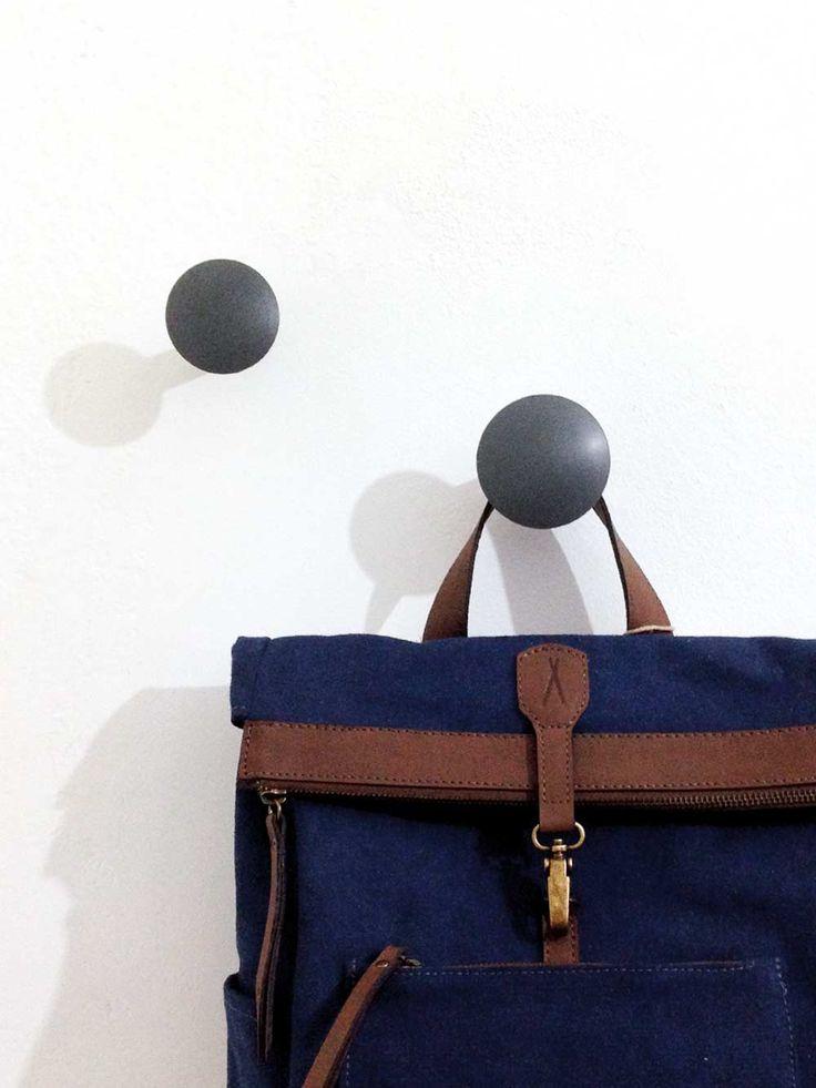 ganchos ou cabideiros de parede cinza, ideial para pendurar desde guarda-chuvas até bolsas, plástico reciclado