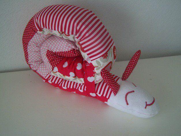*Diese süße Lagerungsschnecke ist mit viel Liebe zum Detail genäht.*   Der Körper besteht aus farblich aufeinander abgestimmten, rot/weißen Baumwollstoffen, und der Kopf ist aus weichem...
