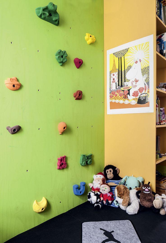 Tällaista ei löydy ihan joka tytön huoneesta. Puolitoista metriä leveään ja noin kolme metriä korkeaan vaneriin on kiinnitetty kiipeilyotteita. Seinässä seikkailevat sammakot, autot, sydämet ja pääkallot. Levy on pultattu paksuilla ruuveilla kiinni lastenhuoneen seinään.