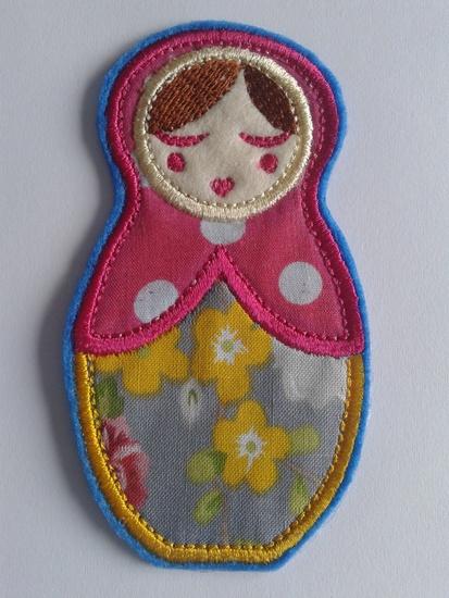 Deze leuke Anoushka Babushka applicatie in geel - roze polkadot is ongeveer 10 centimeter groot en in veel verschillende andere kleuren verkrijgbaar. - € 7,95