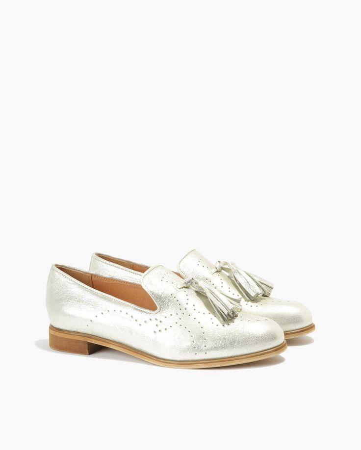 <p>Damskie mokasyny wykonane z naturalnej skóry w modnym odcieniu jasnego złota. Przód zdobiony dwoma okazałymi frędzlami. Na nosku i po bokach dyskretne, ażurowe desenie. Płaskie podeszwy i niewysokie obcasy są gwarancją wygody tych klasycznych butów, podobnie jak wykończone miękką skórą, jasne wnętrze.</p>