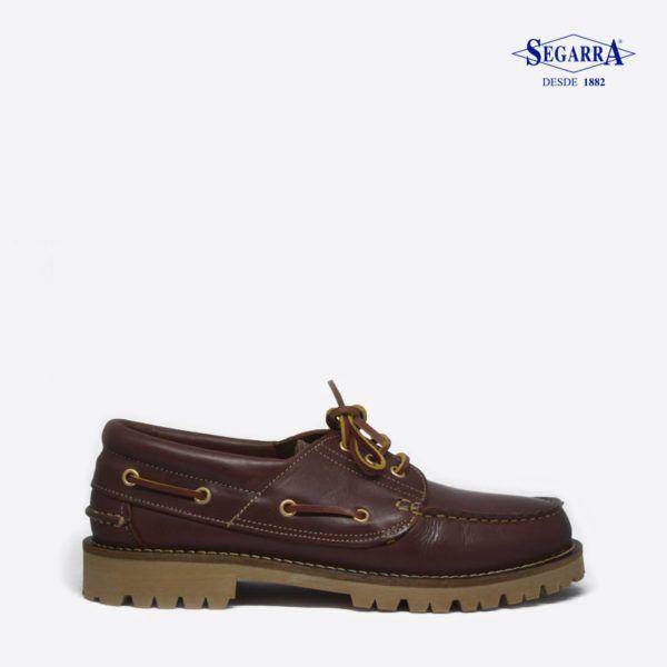 El tradicional zapato náutico  está presente en la colección de calzados Segarra. El modelo 4052 esta confeccionado en cuero y dotado de cordones alrededor del corte, este modelo es muy cómodo y reúne las mejores ventajas en su categoría. Un modelo que te acompañara en las grandes ocasiones.