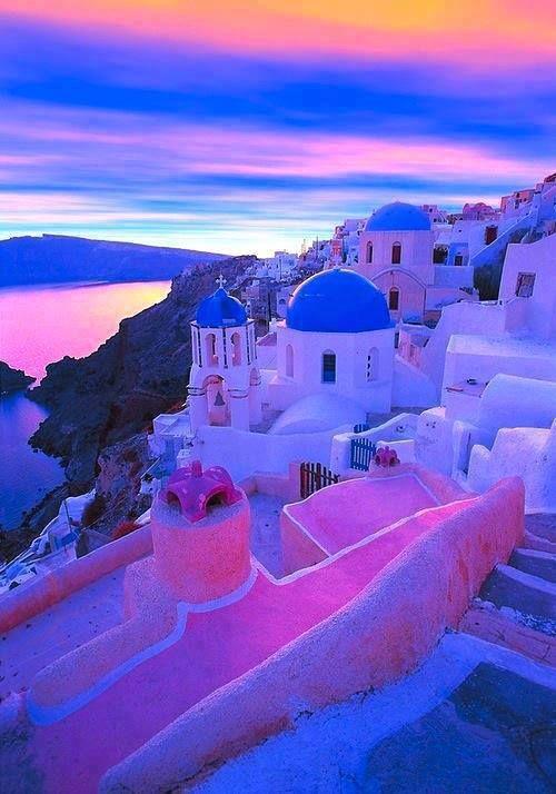 Santorini es una isla de origen volcánico localizada en el Mar Egeo, dentro del grupo de las Islas Cícladas de Grecia. Se trata de un lugar de espectacular belleza natural, con una caldera volcánica inundada que forma una gran laguna de 12 kilómetros de largo y rodeada de acantilados de hasta 300 metros de altura.