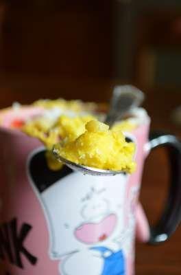 Torta in tazza da cuocere al microonde al gusto di ananas e cocco, praticamente una Piña Colada tutta da mangiare!!! Si prepara in pochissimo tempo e si cuoce in 3 minuti!