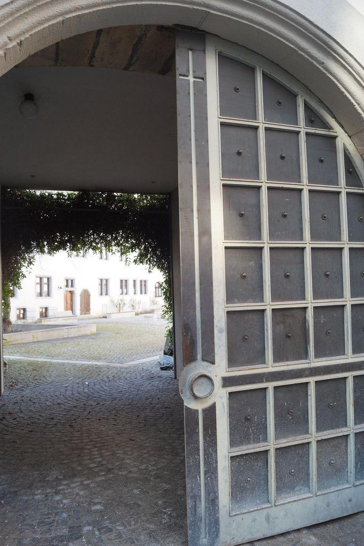 Tor zum Innenhof vom Willhemsstift in Tübingen. zweiter Schnappschuss.