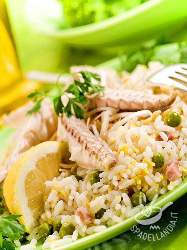 Rice salad with mackerel fillets - L'Insalata di riso con filetti di sgombro un modo fresco e leggero per reinterpretare un grande classico della cucina estiva. #insalatadiriso