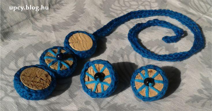 Crochet necklace and earrings with cork and wooden bead.  Horgolt nyaklánc és fülbevaló parafa és fagyöngy felhasználásával. A Kreatív Kommuna KÉK árverésére készült, a győri Autista Világnap támogatására.