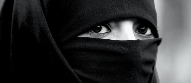 """••ISLAMAPHOBIA: is EGYPT really RIDDING NIQAB? ; )?!•• 2016-03-09 LePoint article •a bill is under consideration to ban it in public • aim: to foster communication within the population & to increase security •  niqab = Islamic veil that hides face / hair of women • bill proposed by the majority coalition favorable to pres. Abdel Fattah al-Sisi • """"Everyone has the right to know the identity of the person sitting next to him or walking in the street"""""""
