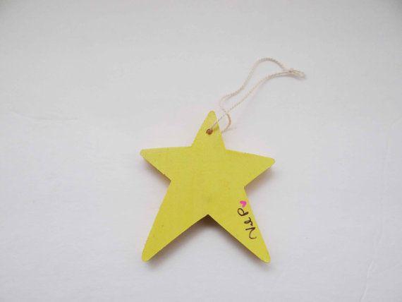 Bonjour collègue shopper, «Étoile jaune» est une pièce d'art piquants à la main fabriquée à partir de bandes colorées de papier cartes. Cet art piquants a une crème de couleur ficelle, attaché pour l'accrocher. Taille de l'art est de 3,5 po x 3 po Cette étoile jaune Colombine est un élément de fait à la main qui est une pièce finie. Chaque morceau de papier est soigneusement roulée et collé en place. En vertu de l'art piquants est une vierge en bois découpé pour un fort fond propre. Si ...
