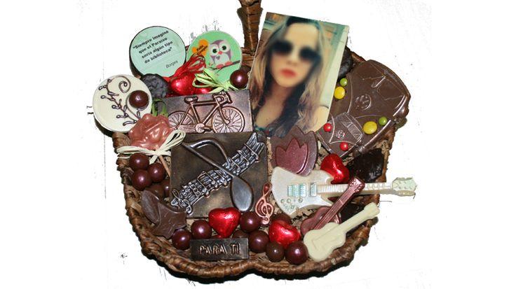 Cesta de chocolates para una chica muy aventurera