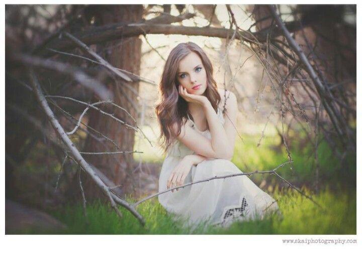 Senior picture ideas for girls. Pretty pose for senior pictures or models. Senior portrait inspiration. Senior picture ideas. #seniorpictureideasforgirls #seniorpictureideas