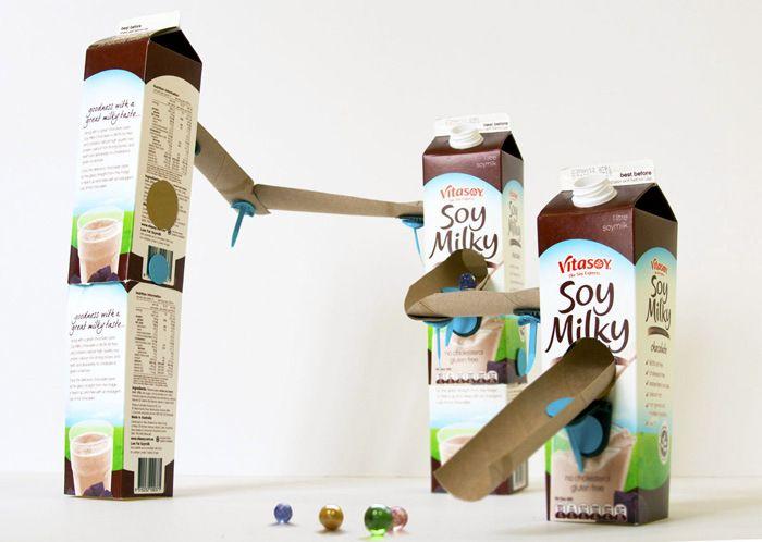 Knikkerbaan van oude melkpakken en keukenrollen, geweldig!