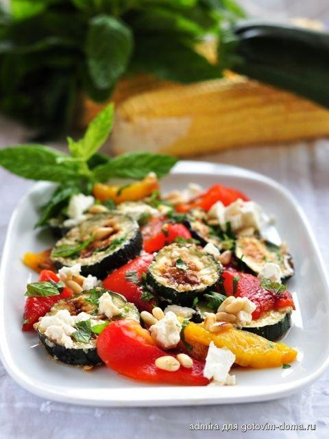 Салат из кабачков и перца с фетой и мятой