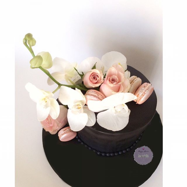 Zarifliğin pasta hali ☺ (güzel çiçekler tabi ki @lunluncicek 'den)  #happysweetistanbul #cakeart #sekerhamuru #sugarart #cupcake  #doğumgünüpastası #birthday #birthdaycake #1yaş #candycorner #butikpasta #pasta  #cake #cookie #cookieart #macaron #flower #flowercake