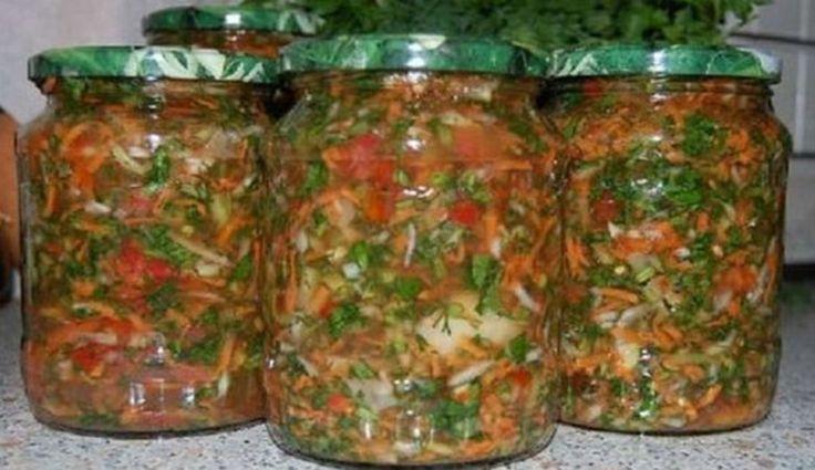 Zarzavat pentru iarna - Ce sa pui in ciorbe si supe  Ingrediente:  500 gr morcovi  250 gr patrunjel  500 gr ardei grasi    250 gr rosii  80 gr usturoi  400 gr ceapa  100 ml ulei vegetal  sare    Mod de preparare:  1. Spala legumele, apoi toaca-le marunt cu