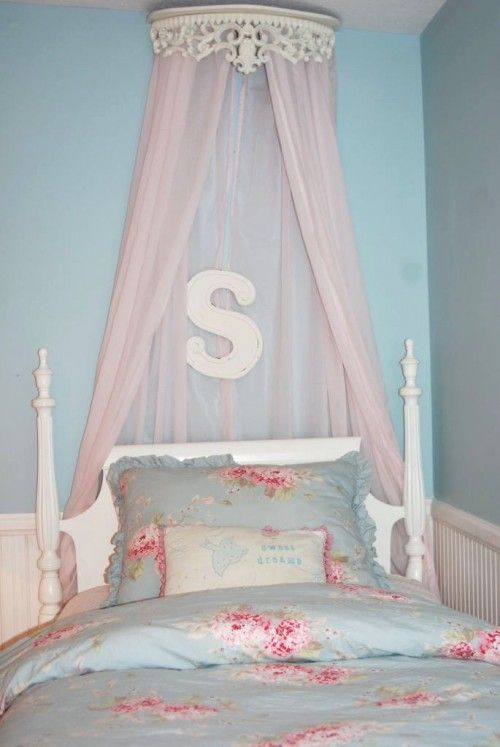 i love the pink and baby blue bedding and the walls- averys new room??